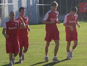 Nei, Leandro Damião, Bolatti e Oscar no treino do Internacional (Foto: Alexandre Alliatti/Globoesporte.com)