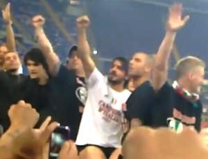 FRAME Gattuso e Abate na comemoração do Milan (Foto: Reprodução / Youtube)