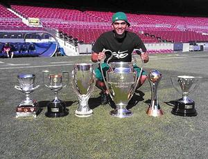 daniel alves barcelona troféu (Foto: Divulgação)