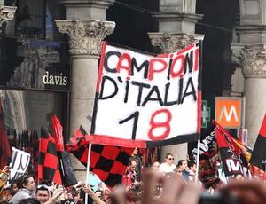 desfile de comemoração do título do Milan com cartaz (Foto: Cadu Machado / Globoesporte.com)