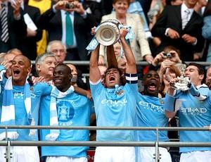 Tevez ergue a taça da Copa da Inglaterra do Manchester City (Foto: Reuters)