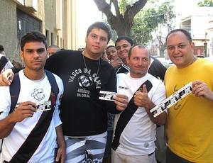 torcedores em São januário com ingresso para jogo do Vasco (Foto: Rafael Cavalieri / GLOBOESPORTE.COM)