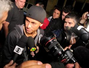Neymar chega para a festa do Santos em boate (Foto: Adilson Barros / Globoesporte.com)