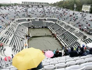 quadra coberta devido a chuva em Roma durante a final de tênis feminino (Foto: AP)