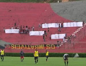 Torcida do Vitória protesta em treinamento   Série B é obrigação ... 012dbb8318eed