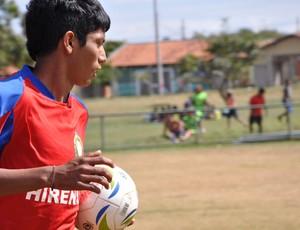 Jogador de futebol society do Acadêmicos Indígenas, em Campo Grande (Foto: Hélder Rafael/GE MS)