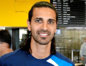 Leandro Guerreiro no desmbarque em Belo Horizonte (Foto: Fernando Martins / Globoesporte.com)
