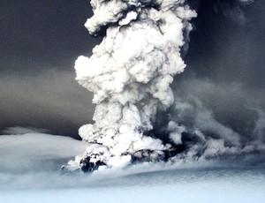 vulcão Grimsvötn em atividade na Islândia (Foto: Reuters)