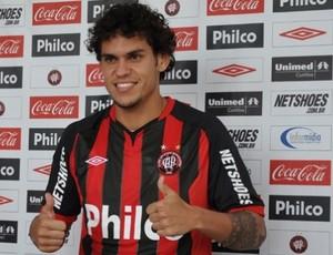 Fabrício se apresenta no Atlético-Pr (Foto: Divulgação/Atlético-PR)