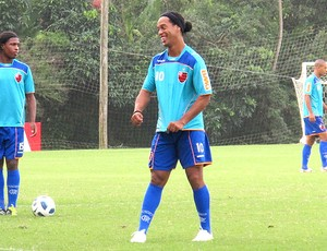 Ronaldinho Gaúcho com as pernas de Garrincha no treino (Foto: Janir Junior / GLOBOESPORTE.COM)