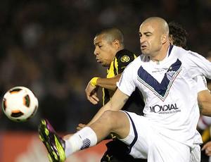 Santiano Silva na partida do Velez contra o Peñarol (Foto: Reuters)