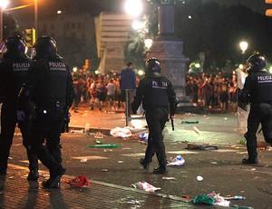 Polícia confusão torcida barcelona (Foto: Agência EFE)