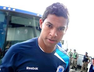 Wallyson no desembarque do Cruzeiro para o jogo com o Palmeiras (Foto: Fernando Martins / Globoesporte.com)