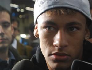 Neymar no embarque do Santos para Assunção (Foto: Marcos Guerra/Globoesporte.com)