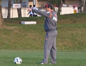 Adilson Batista, do Atlético-PR, em treino (Foto: Divulgação/Atlético-PR)