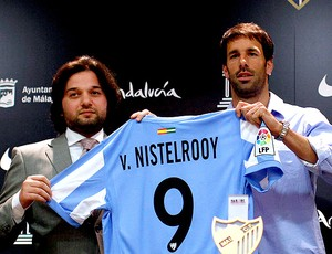 Van Nistelrooy apresentado no Málaga (Foto: Reuters)