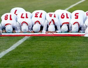 jogadoras da seleção do Irã rezando após partida (Foto: Reuters)