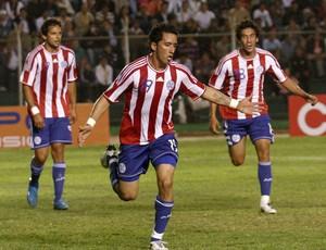 Lucas Barrios comemoração gol Paraguai Bolívia (Foto: Foto: Efe)