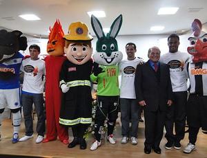 Montillo, Euller e Mancini durante campanha contra queimaduras (Foto: Valeska Silva / GLOBOESPORTE.COM)