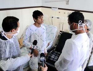 Euller e Mancini conversam com paciente durante campanha (Foto: Valeska Silva / GLOBOESPORTE.COM)