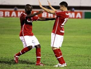 ze roberto e dalessandro internacional gol américa-mg (Foto: Marco Miatelo / Agência Estado)
