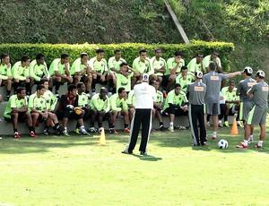 Dorival Junior conversa com jogadores no treino do Atlético-MG (Foto: Marco Antônio Astoni / Globoesporte.com)