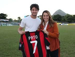 patricia amorim camisa alexandre pato (Foto: Divulgação / Site oficial do Flamengo)
