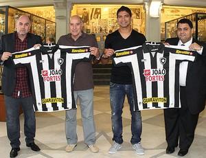 Renato com Gerson na apresentação do Botafogo (Foto: Satiro Sodré / Divulgação / Agif)