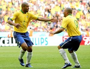 Ronaldo e Adriano abraçados na Seleção (Foto: Getty Images)