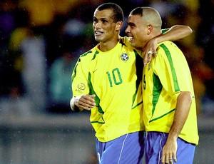Ronaldo e Rivaldo abraçados na Seleção (Foto: Getty Images)