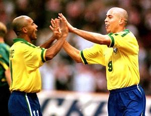 Ronaldo e Romário abraçados na Seleção (Foto: Getty Images)