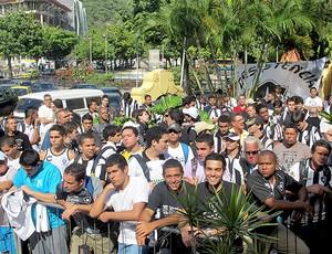 torcida do Botafogo na apresentação do Renato (Foto: Thiago Fernandes / GLOBOESPORTE.COM)