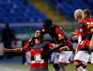 Maurício comemora gol do Vitória contra o Duque de Caxias (Foto: Fernando Soutello / Ag. Estado)