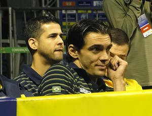 Giba e Dante acompanham partida do Brasil contra os EUA (Foto: Lucas Cattas Prêta / Globoesporte.com)