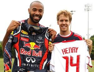 Henry e Vettel trocam camisas no treino de futebol (Foto: AFP)