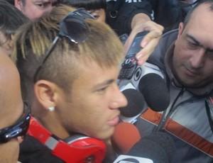 Neymar no desembarque em Montevidéu (Foto: Adilson Barros / Globoesporte.com)