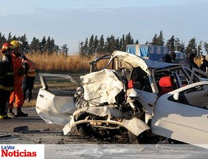 Reprodução La Voz Noticias carro batida acidente campagnaro (Foto: Reprodução La Voz Noticias)