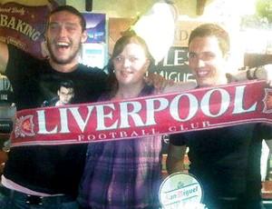 Stewart Downing com a faixa do Liverpool (Foto: Reprodução / Mirror Football)