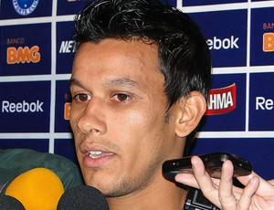 Henrique na entrevista do Cruzeiro (Foto: Fernando Martins / Globoesporte.com)