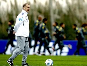 Mano Menezes no treino da Seleção (Foto: EFE)
