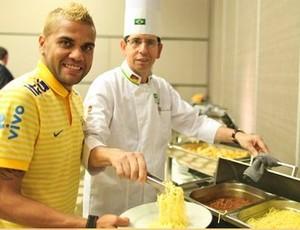 Daniel Alves ao lado do cozinheiro Jaimes na Seleção Brasileira (Foto: Ricardo Stuckert / CBF)