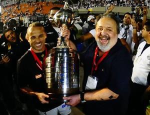 Luis Alvaro e Léo com a taça da Libertadores (Foto: Marcos Ribolli / Globoesporte.com)