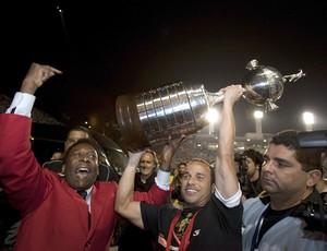 Pelé e Leo comemoram com a Taça Libertadores santos (Foto: EFE)