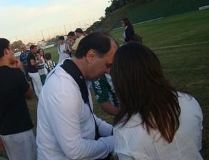 Marcelo Oliveira dá autógrafo para torcedora, após treino do Coritiba (Foto: Divulgação / Coritiba)