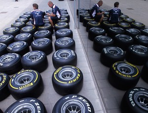 mecânicos mercedes pneus gp de valencia  (Foto: agência AP)