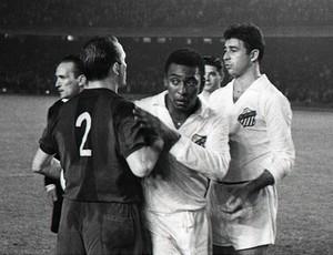 Pelé, do Santos, em ação contra o Barcelona (Foto: Divulgação / Site do Barcelona)