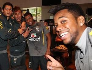 Ganso, Lucas, Neymar e Robinho durante treino da Seleção na academia (Foto: Rafael Ribeiro / CBF)