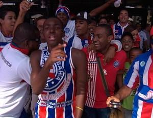 torcida do bahia abraça jobson no aeroporto (Foto: Reprodução/TV Bahia)