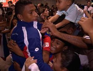 marcone é abraçado pela torcida do bahia no aeroporto de salvador (Foto: Reprodução/TV Bahia)