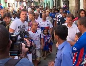 marcelo lomba e titi visitam comunidade do calabar, em salvador (Foto: Reprodução/TV Bahia)